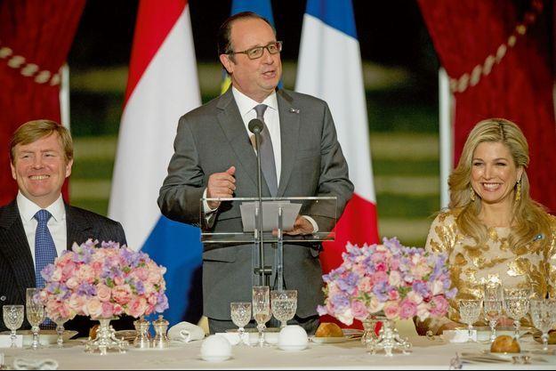 François Hollande entre Willem-Alexander et Maxima des Pays-Bas