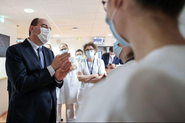 Jean Castex, accompagné du ministre de la santé, Olivier Véran, a visité les services de réanimation et de pneumologie du centre Hospitalier Régional Universitaire de Tours.