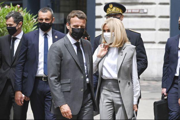 Emmanuel Macron et son épouse Brigitte , mardi à Valence.