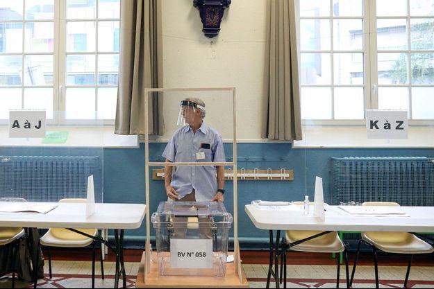 Un bureau de vote à Paris en juin 2020 lors du second tour des municipales.