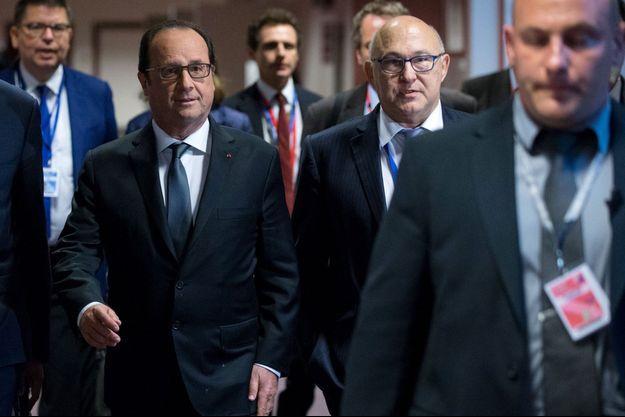 François Hollande et Michel Sapin, lundi à Bruxelles.