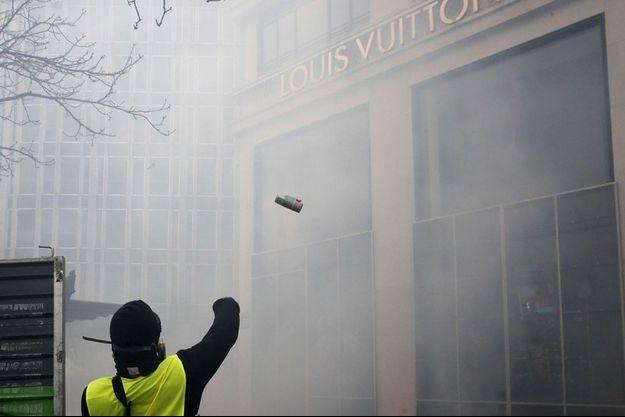 Des boutiques de luxe et même un kiosque à journaux ont été détruits à Paris.
