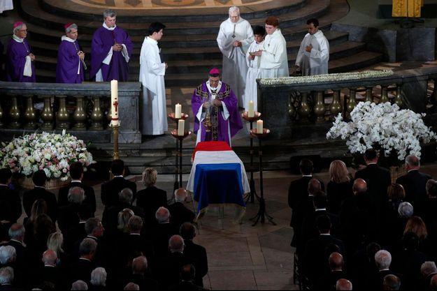 Mgr Aupetit préside le service solennel, au côté notamment du père Lacroix, curé de Saint-Sulpice, du père de Sinety, vicaire général du diocèse de Paris, de Mgr Jachiet, évêque auxiliaire de Paris, de Mgr Di Falco, évêque émérite de Gap et d'Embrun.