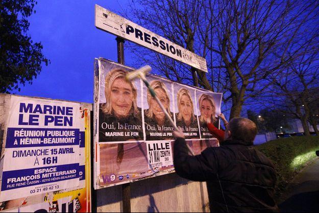 Des colleurs d'affiches du Front national en avril 2012.