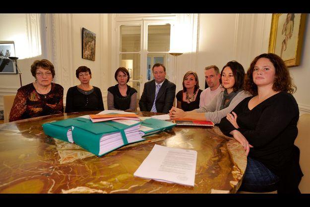 Autour de l'avocat Olivier Morice (au centre), sept proches des victimes de l'attentat de Karachi. De g. à dr., Claire Laurent, Pascale Leconte, Magali Drouet, Elodie et Eric Lecarpentier, Sandrine et Julie Leclerc.