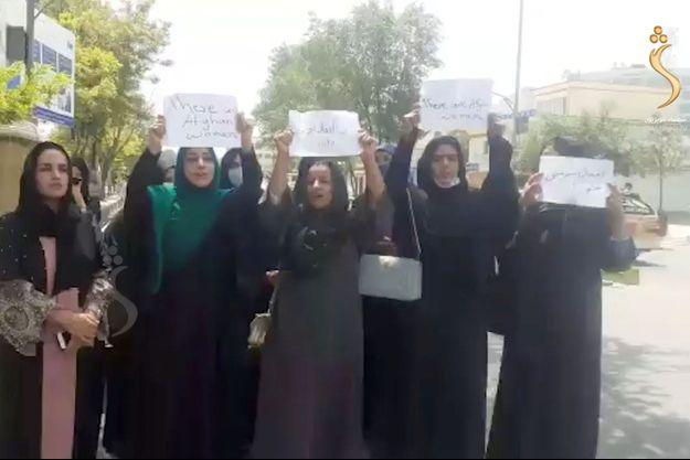 Des femmes manifestent pour le respect de leurs droits à Kaboul, en Afghanistan.