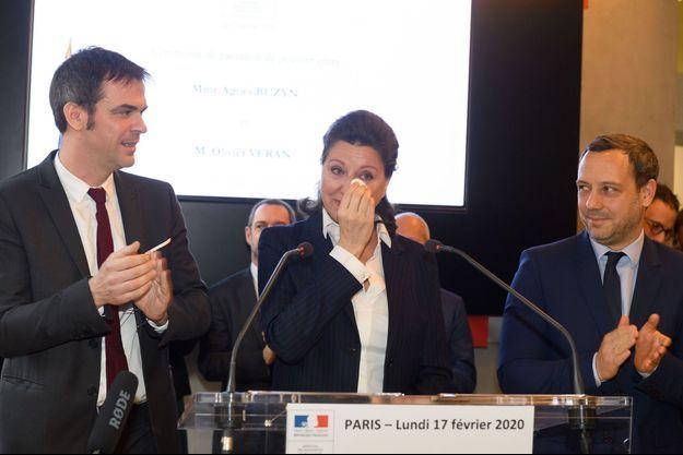 Agnès Buzyn aux côtés du nouveau ministre de la Santé Olivier Véran (à gauche) et d'Adrien taquet (à droite), lundi lors de la passation de pouvoir.