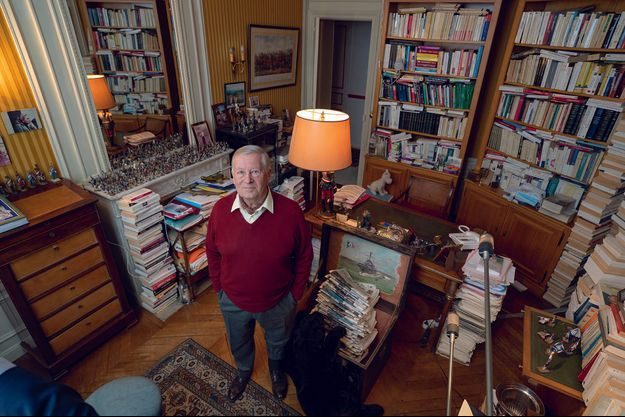 Dans le bureau d'Alain Duhamel, les figurines militaires disputent la moindre surface libres aux livres et aux journaux.