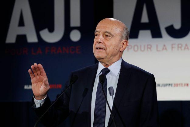 Alain Juppé s'exprime devant ses soutiens à son QG parisien.