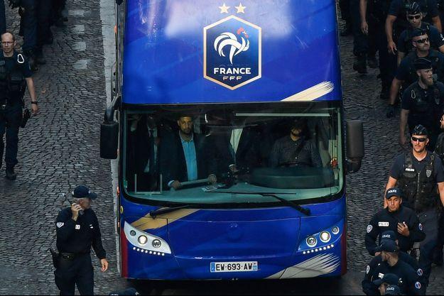 Alexandre Benalla dans le bus des Bleus le 16 juillet 2018.