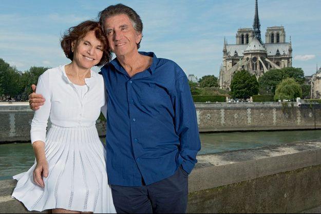 Monique et Jack Lang, photographiés en juin, sur l'île Saint-Louis à Paris.