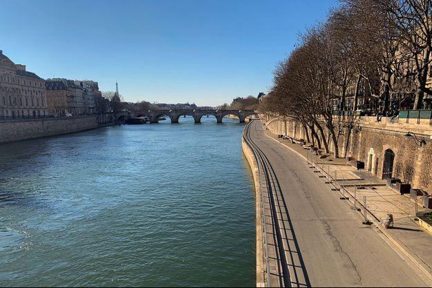 Les Quais de Seine, vides, samedi, après l'évacuation par les forces de l'ordre.
