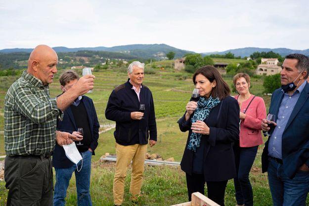 Dégustation sur l'exploitation d'un viticulteur bio, en Ardèche, où elle s'est rendue pour soutenir Laurent Ughetto (à dr.), président du département et candidat à sa réélection, le 18 mai.