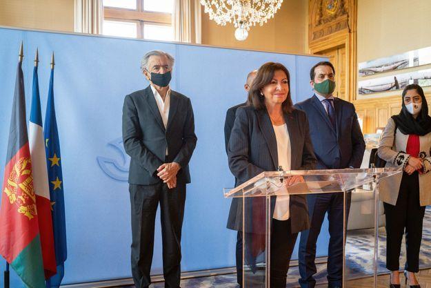 """La maire de Paris est la première Française décorée de l'""""Ordre du Héros National d'Afghanistan Commandant Massoud"""". I"""