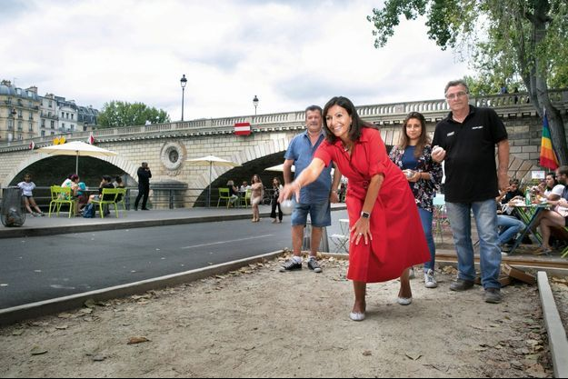 Tournoi de boules sous un ciel gris. C'est Paris Plages, au pied du pont Louis-Philippe, le 29 août.
