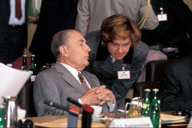 Anne Lauvergeon François Mitterrand en conciliabule au 62e sommet franco-allemand, à Bonn, en janvier 1993.