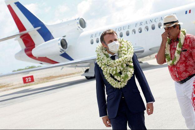 Emmanuel macron, sur l'archipel des Tuamotu, porte les traditionnelles couronnes de tiarés, la fleur symbole de la Polynésie.