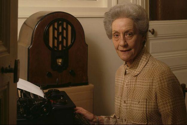 Elisabeth de Miribel, ancienne secrétaire du Général De Gaulle, en avril 1990. Cinquante ans après, elle a retapé sur la même machine à écrire, l'Appel du 18 juin.