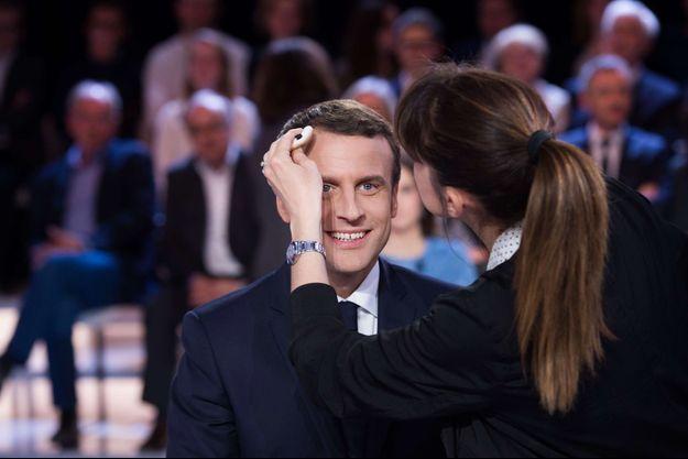 """Emmanuel Macron en plein maquillage sur le plateau de """"L'Emission politique"""", le 23 mars 2017."""