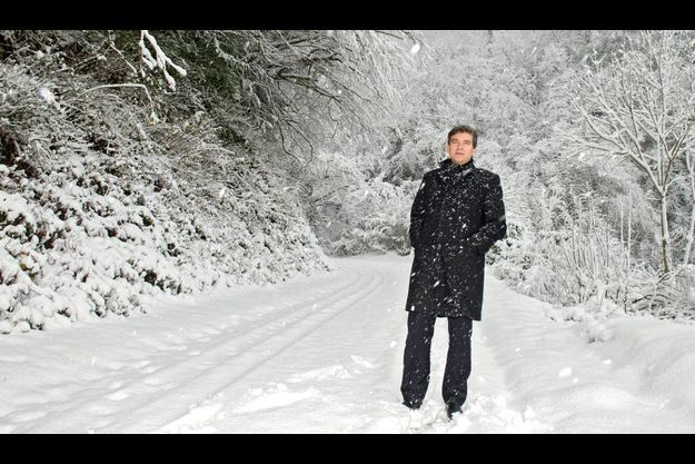 Le vendredi 7 décembre, journée classée en alerte orange par Météo France, Arnaud Montebourg prend un bol d'air frais sous la tempête de neige dans le Jura. Il reviendra pour les fêtes de fin d'année, avec ses deux enfants, dans une station de ski familiale.