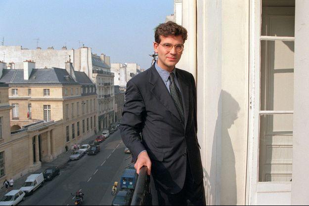 Arnaud Montebourg en octobre 1995. A l'époque, il mène la charge contre Alain Juppé, qui s'était quelques années plus tôt attribué un logement de la ville de Paris loué à un tarif avantageux.