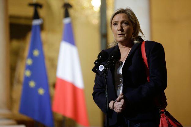 Marine le Pen devant l'Elysée dimanche.