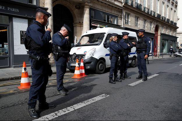 Des policiers stationnés devant le dernier domicile parisien de Jacques Chirac.