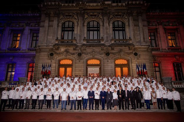 Emmanuel Macron, entouré des Chefs dimanche à Lyon.