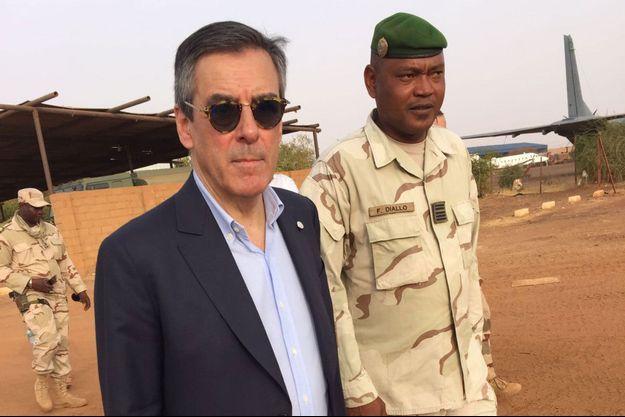 A Gao,François Fillon avec le commandant malien Félix Diallo
