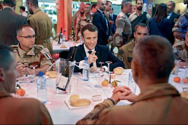 Le chef de l'Etat fête Noël un peu en avance avec les soldats français sur la base militaire de Niamey