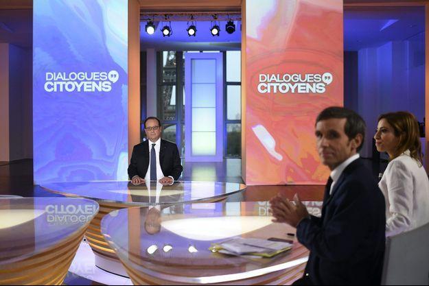 """François Hollande sur le plateau de """"Dialogues Citoyens"""", avec David Pujadas et Léa Salamé."""