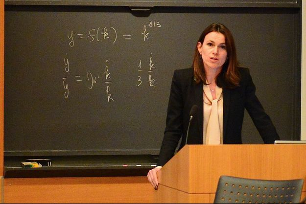 Aurélie Filippetti donne une conférence sur l'exception culturelle française à l'université de Princeton dans le New Jersey devant de nombreux étudiants.
