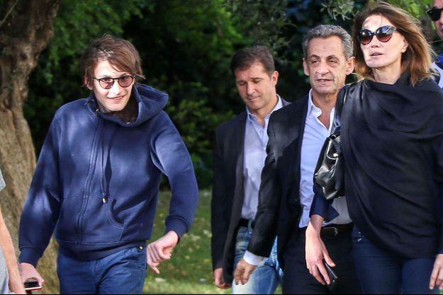 Aurélien, ici aux côtés de sa mère Carla Bruni et de son beau-père Nicolas Sarkozy, en Grèce en octobre 2017.