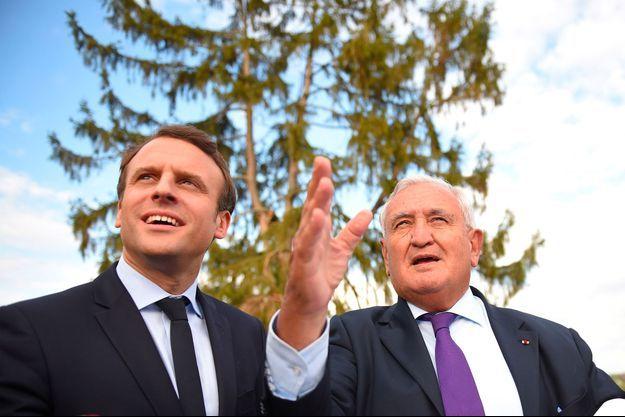 Le candidat Emmanuel Macron avec Jean-Pierre Raffarin en avril 2017 dans la Vienne.