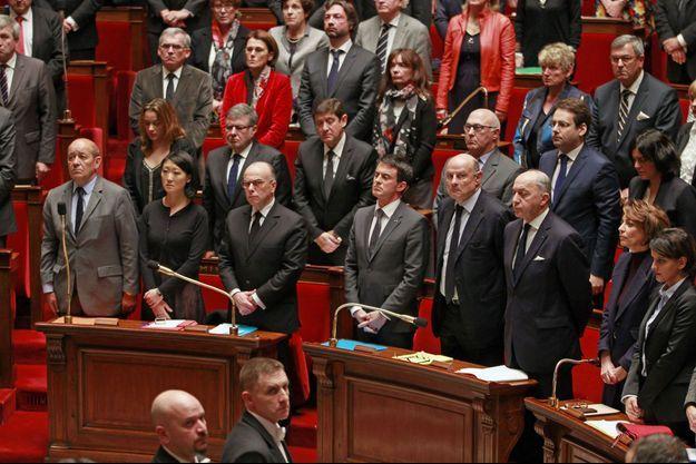 Les ministres et les députés dans le recueillement, mardi après-midi, à l'Assemblée nationale.