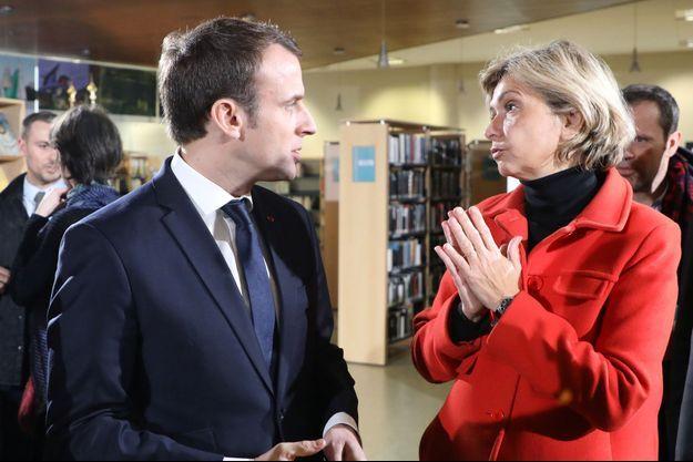 Emmanuel Macron et Valérie Pécresse aux Mureaux, en février.