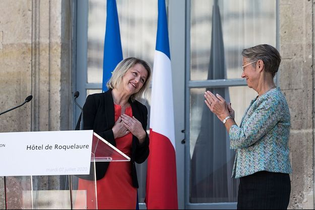 Barbara Pompili et Elisabeth Borne lors de la passation de pouvoirs au ministère de la Transition écologique.