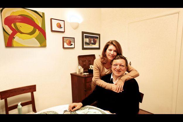 José Manuel Barroso dans sa maison de Bruxelles, avec sa femme, Maria Margarida. Dans l'assiette du petit déjeuner : une pomme… Le seul « luxe » du président de la Commission européenne, qui fut maoïste par anticonformisme, lire Montaigne et écouter Mozart, son carburant.