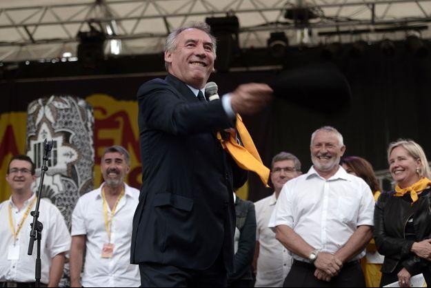 François Bayrou lance son béret lors d'un festival à Pau, le 18 août.