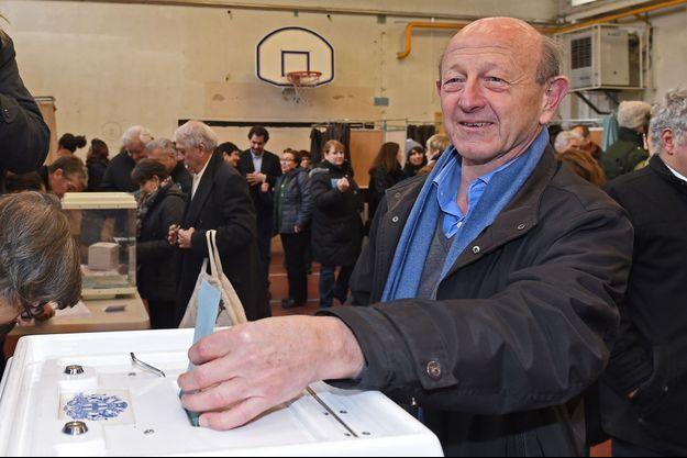 Jean-Luc Bennahmias votant au premier tour de la primaire de la gauche, à Marseille le 22 janvier 2017.