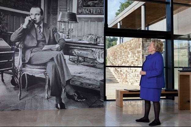 Jacques Chirac, à la fin des années 1970, dans son bureau de la mairie de Paris. Quarante ans plus tard, Bernadette Chirac lui fait face, émue, à l'occasion de l'exposition « Chirac. Instantané(s) », photographies de Christian Vioujard au musée du Président, à Sarran.
