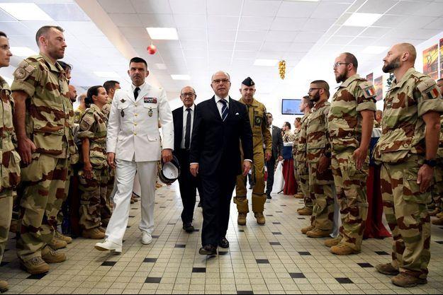 Bernard Cazeneuve avec la force française Barkhane, jeudi.