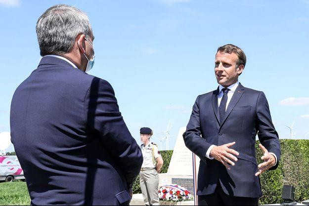 Xavier Bertrand portant son masque lors d'un échange avec Emmanuel Macron, dimanche à La-Ville-aux-Bois-les-Dizy.