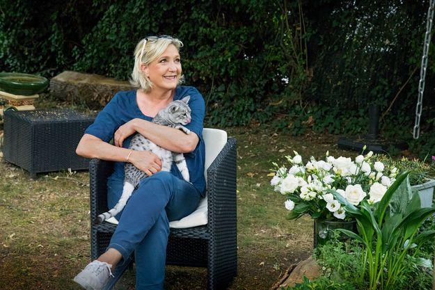 Marine Le Pen en compagnie de Kerhillio, un mau égyptien de 3 ans.