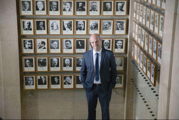 Le ministre dans la galerie des portraits du ministère de l'Education nationale, où figurent tous ses prédécesseurs.