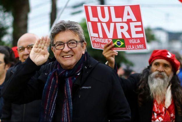 Jean-Luc Mélenchon avec les partisans du président Lula.