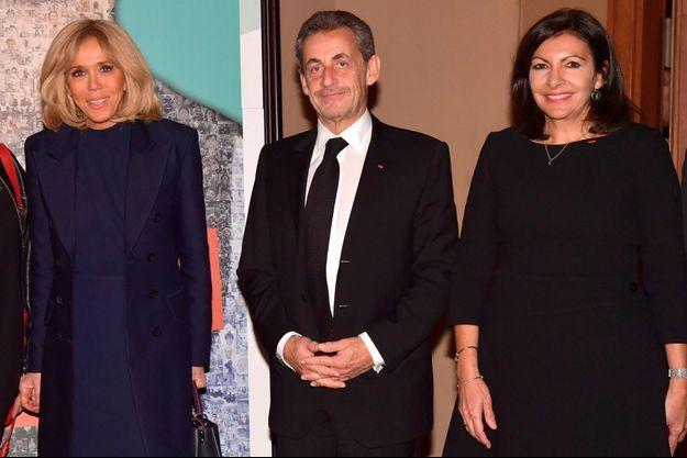Brigitte Macron, Nicolas Sarkozy et Anne Hidago à leur arrivée à la soirée.
