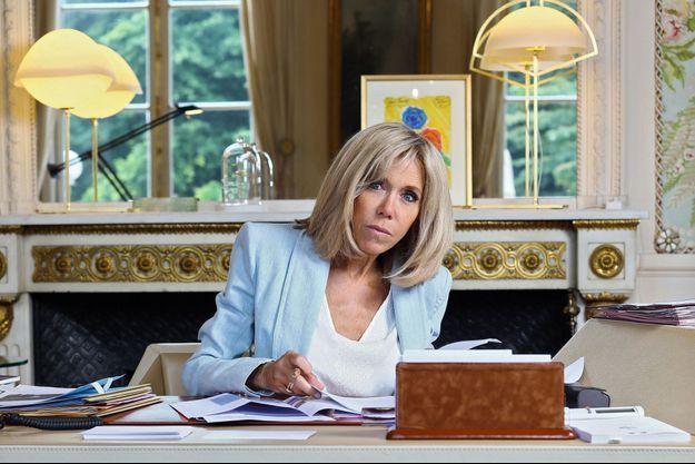 Dès 9 heures, Brigitte Macron est à son bureau. Elle reçoit plus de 150 lettres par jour. Sur la cheminée, deux lampes de Coralie Beauchamp ont remplacé une horloge en bronze doré.