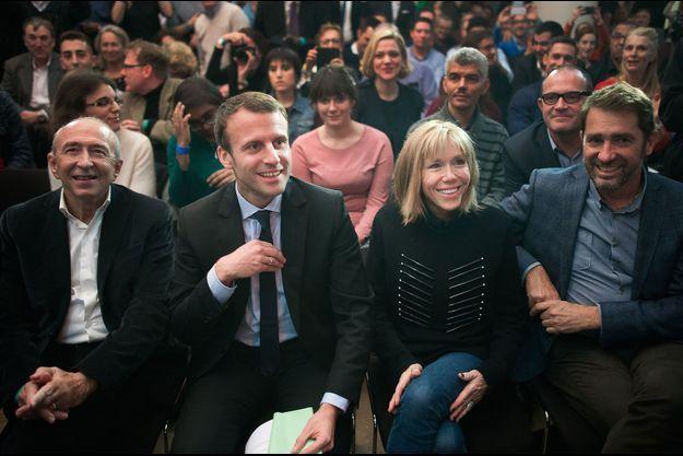 Emmanuel et Brigitte Macron en meeting à Paris, avec le maire de Lyon Gérard Collomb, à gauche.