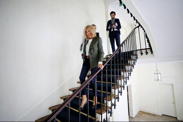 Dans un dédale de couloirs et de petits escaliers, elle ouvre la marche. A ses côtés, Tristan Bromet, son chef de cabinet.